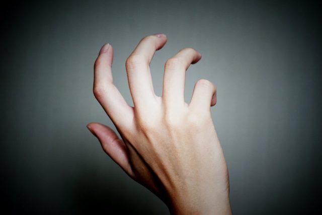 手を伸ばす 依存